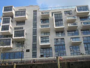 Moderne Architektur in Hamburg, eine Häuserzeile vom Wasser aus gesehen.